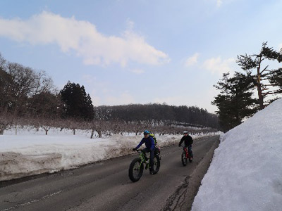 雪道をバイクで走る様子