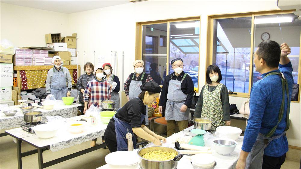 青森県産大豆・米こうじで、簡単味噌作り体験の様子